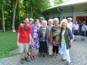 Colette Comeau entourée de quelques membres de Patrimoine Hilairemontais