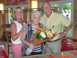 Yves Corriveau, maire de Mont Saint-Hilaire, et son épouse entourent Colette Comeau.